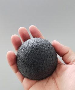 eponge-konjac-charbon-naturelle-bulle-et-maille